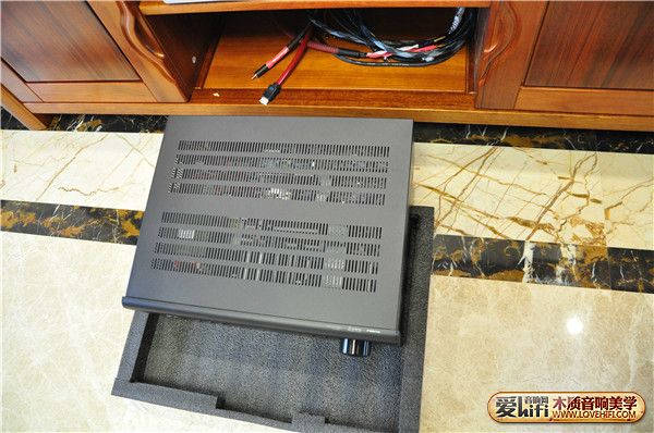 为了保护NAD748,安装前垫上软垫.JPG