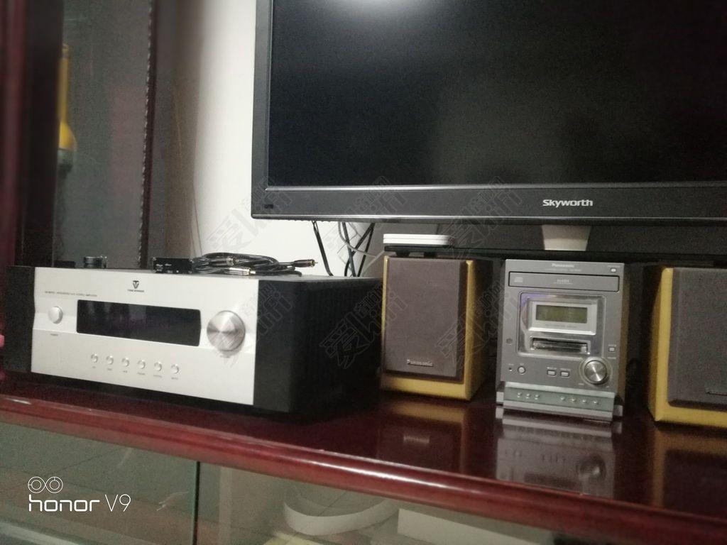 为了把功放放在桌面上,用小箱子把电视抬高了