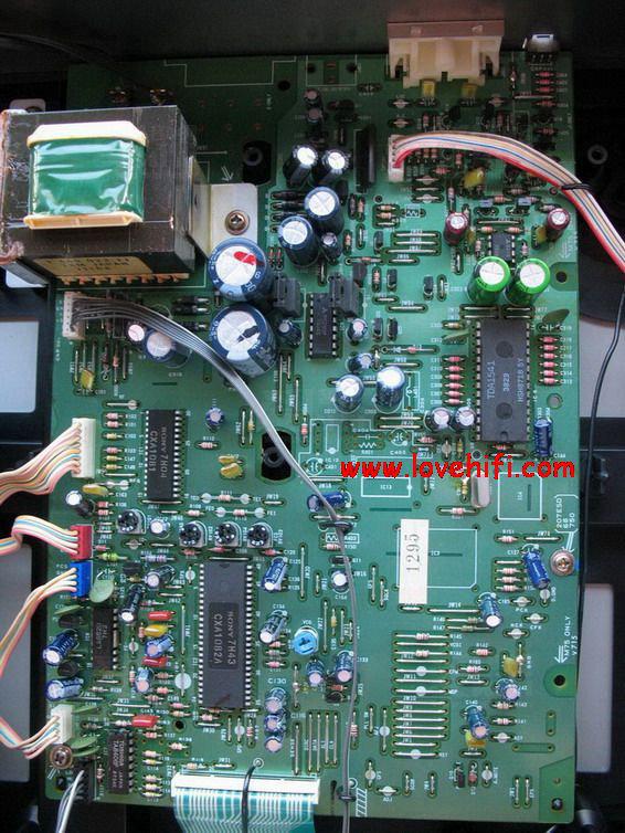 采用双面印刷电路板,绿色保护漆膜,光洁如新,上插十几片集成电路,布局